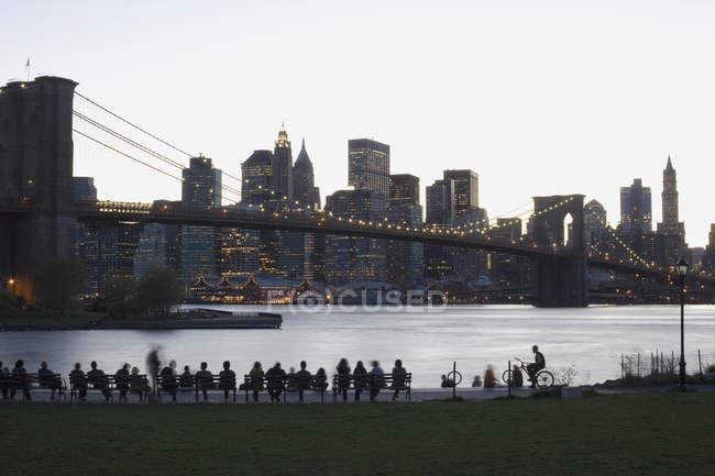 Illuminé le Brooklyn Bridge et Manhattan au coucher du soleil, New York, USA — Photo de stock