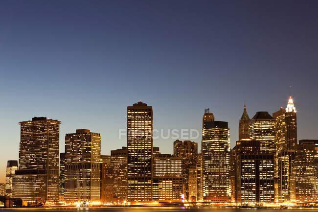 Paysage urbain au crépuscule, Manhattan, New York, NY, USA — Photo de stock