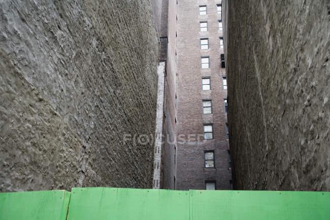Низький кут зору звузити алея між будівель — стокове фото