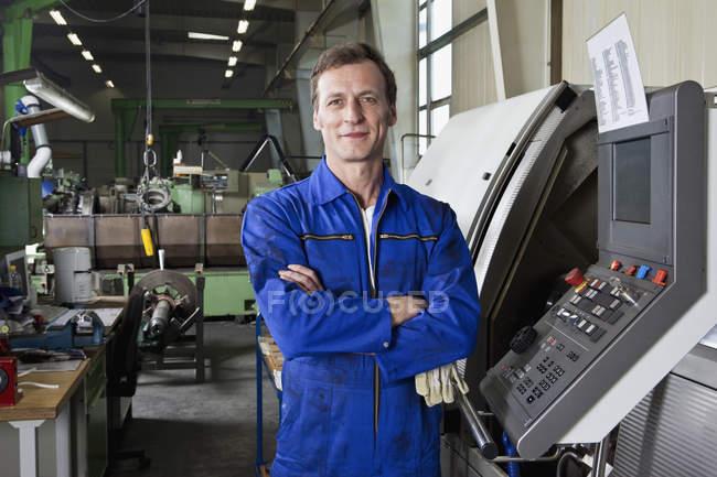 Retrato de un trabajador de la fábrica de pie en una fábrica de piezas metálicas - foto de stock