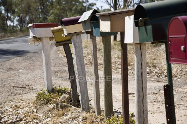 Ряд почтовых ящиков у сельской дороги — стоковое фото