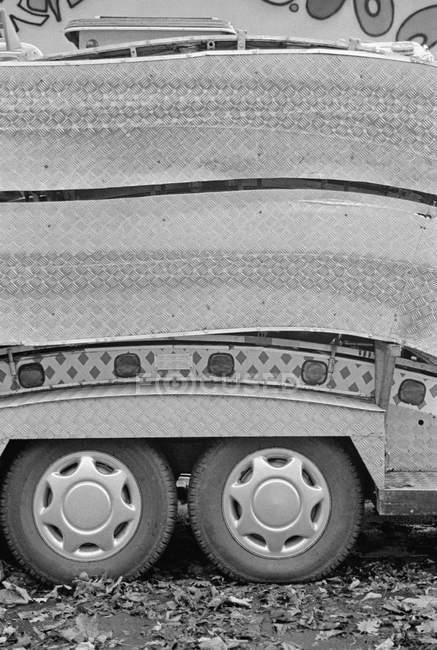Imagem cortada de semi-caminhão estacionado na rua — Fotografia de Stock