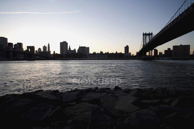 Manhattan Bridge e skyline al tramonto tramonto, New York — Foto stock