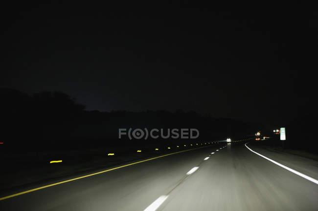 Кілька смуг шосе осяяний вогні автомобіля — стокове фото
