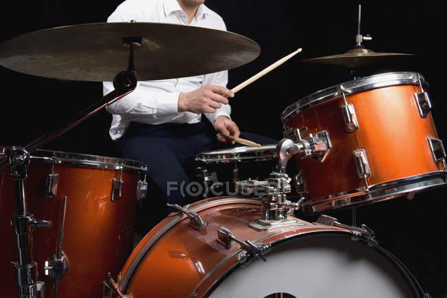 Imagen recortada del hombre tocando la batería - foto de stock