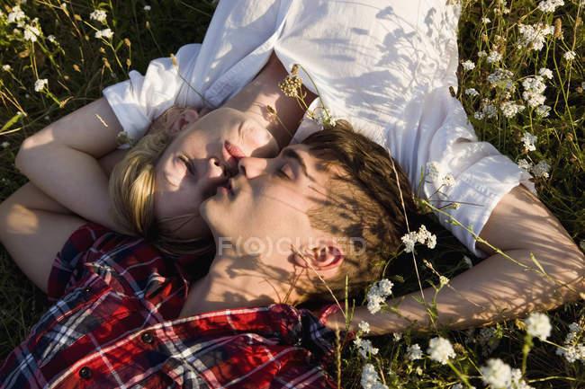 Крупным планом молодой пары, спящей в поле — стоковое фото