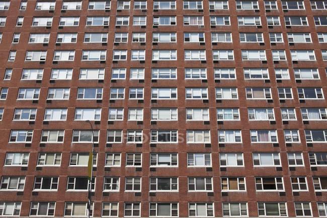 Vista inferior de fachada de edificio de apartamentos - foto de stock