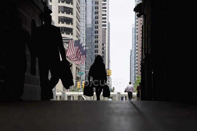 Вид сзади на пешеходов в галерее, Филадельфия, Пенсильвания, США — стоковое фото