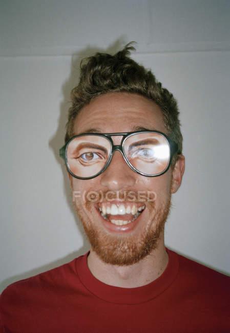 Un uomo che indossa occhiali di novità e sorride — Foto stock