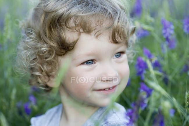 Retrato de um menino olhando para longe sorrindo — Fotografia de Stock