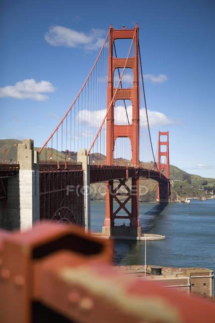 Aussichtsreiche Aussicht auf die goldene Torbrücke an sonnigen Tagen — Stockfoto
