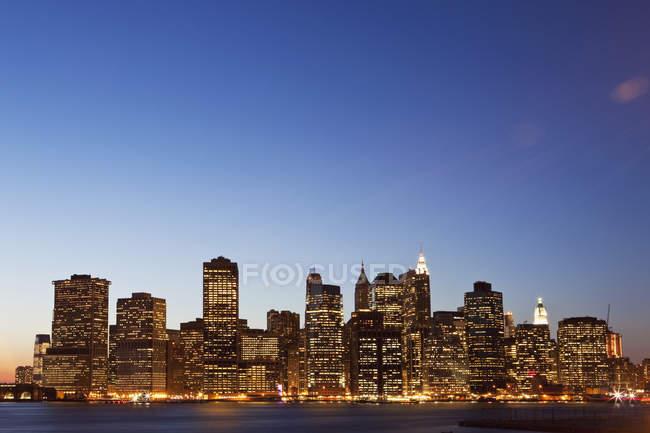Cityscape illuminée à la tombée de la nuit, Manhattan, New York City, Ny, Usa — Photo de stock