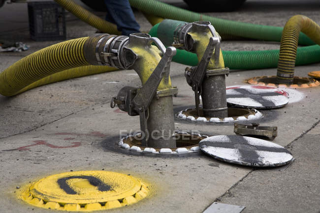 Dettaglio tubi collegati a pompe a terra — Foto stock
