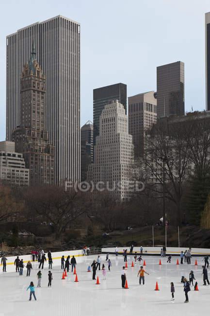 Persone pattinaggio su ghiaccio a Central Park, Manhattan, New York, USA — Foto stock