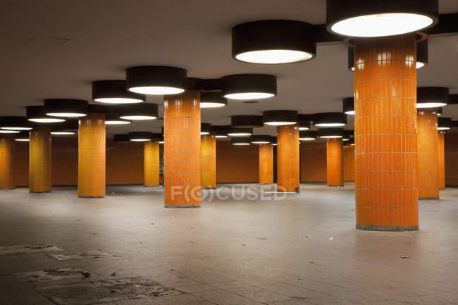 Внутренний вид на пустой вестибюль станции метро — стоковое фото