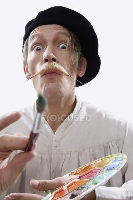 Человек, одетый как стереотипные художник на белом фоне — стоковое фото