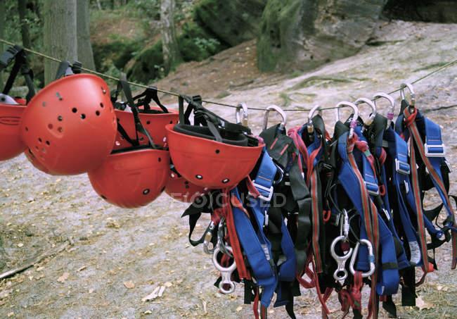 Ошейники и защитные шлемы, свисающие с веревки — стоковое фото