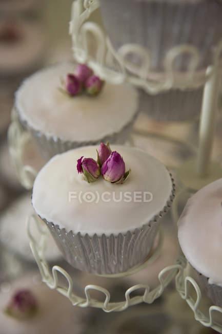 Detalhe dos cupcakes decorados com flores em stand — Fotografia de Stock
