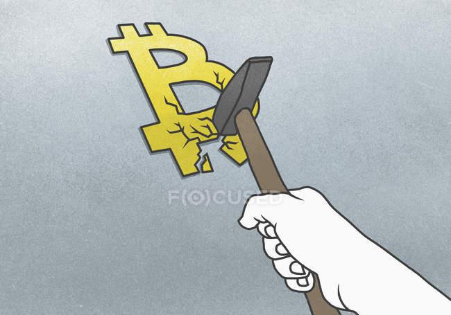 Cortada a mão quebrando Bitcoin símbolo com martelo em fundo cinza — Fotografia de Stock