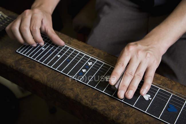 Männliche Hände spielen Slide Guitar — Stockfoto