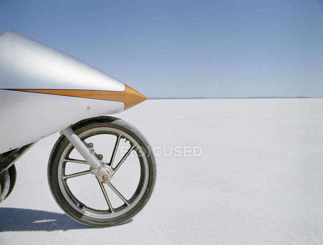 Crop racing motorcycle on background of salt flat and gradient blue sky — Stock Photo