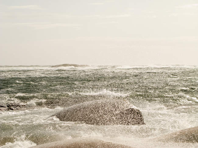 Vue panoramique sur les vagues qui s'écrasent sur les rochers — Photo de stock