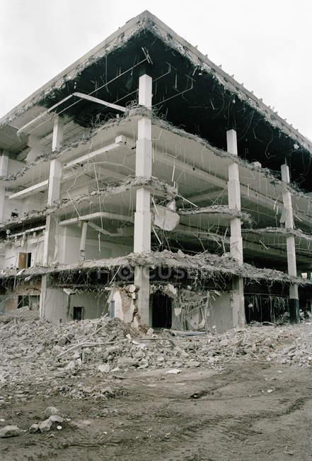 Vista exterior de la fachada del edificio abandonado - foto de stock