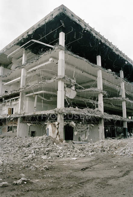 Vista esterna della facciata della costruzione abbandonata — Foto stock