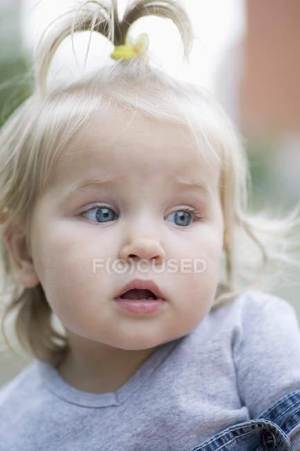 Uma criança com um olhar de curiosidade, olhando para longe, retrato — Fotografia de Stock