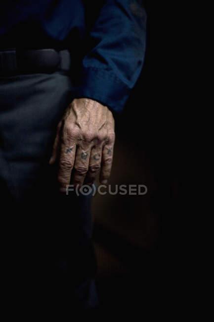 Mão masculina de colheita com juramento palavra tatuagem — Fotografia de Stock