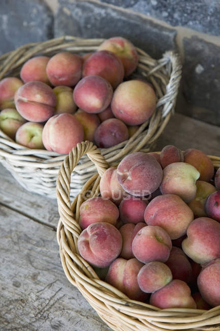 Close up view of baskets of  harvested peaches — Stock Photo