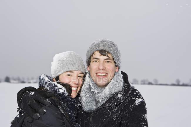 Um casal heterossexual, abraçando, ao ar livre, retrato — Fotografia de Stock