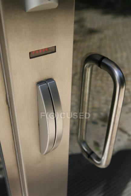 Vue rapprochée du lecteur de clés de porte — Photo de stock
