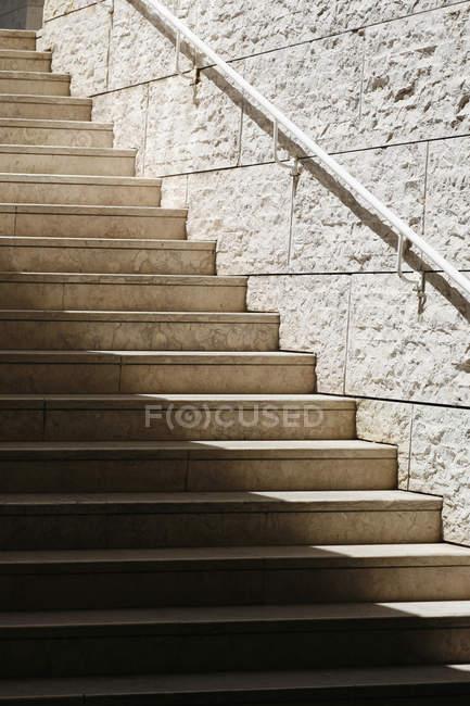 Сонячне світло фронту на сходах підземному переході — стокове фото
