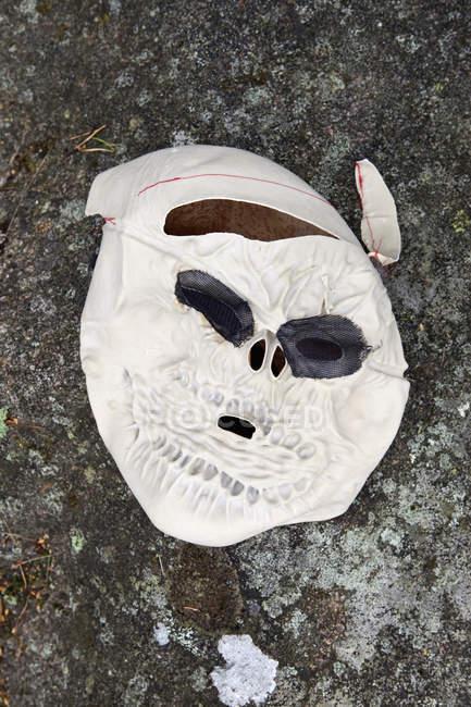 Gummi-Skelett-Maske am Boden — Stockfoto