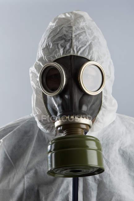 Person mit Gasmaske und Schutzanzug — Stockfoto