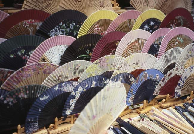 Ряды открытых вентиляторов, размещенных на рынке — стоковое фото