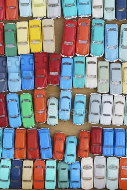Полный вид цветных игрушечных автомобилей на рынке — стоковое фото