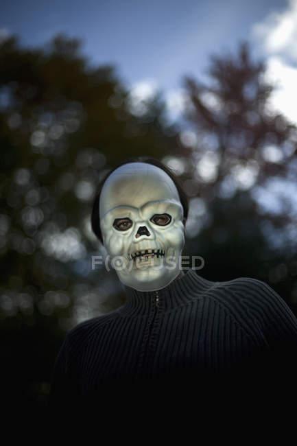 Портрет мужчины носить страшно Хэллоуина маски — стоковое фото
