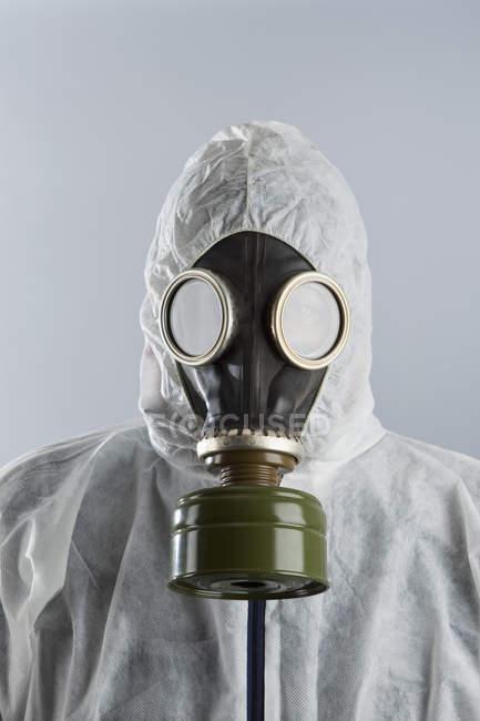 Porträt eines Mannes mit Gasmaske und Schutzanzug — Stockfoto