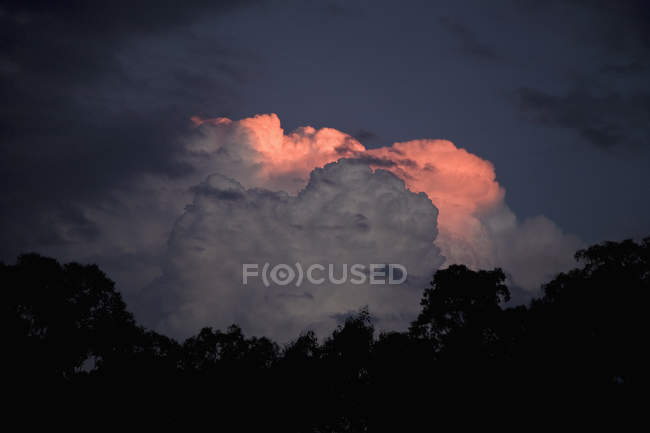 Драматичні хмари в небі в сутінках — стокове фото
