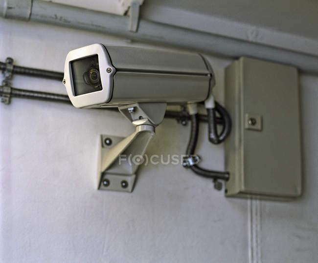 Vue rapprochée de la caméra de surveillance vidéo sur le mur — Photo de stock