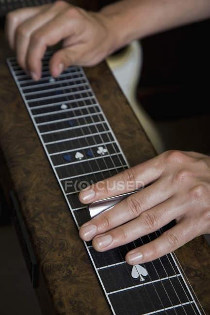 Cropped image d'homme jouant de la guitare slide — Photo de stock