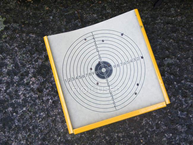 Вид сверху на цель из бумаги с отверстиями — стоковое фото