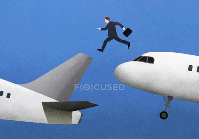 Бізнесмен, перестрибуючи через літаки на тлі синього — стокове фото