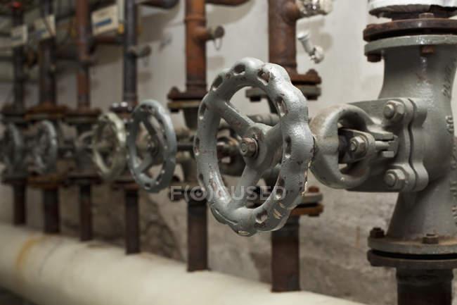 Nahaufnahme von Rohren und Ventilen in Reihe — Stockfoto
