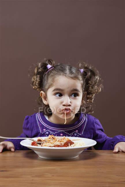 Молодая девушка ест спагетти, студия снимает — стоковое фото