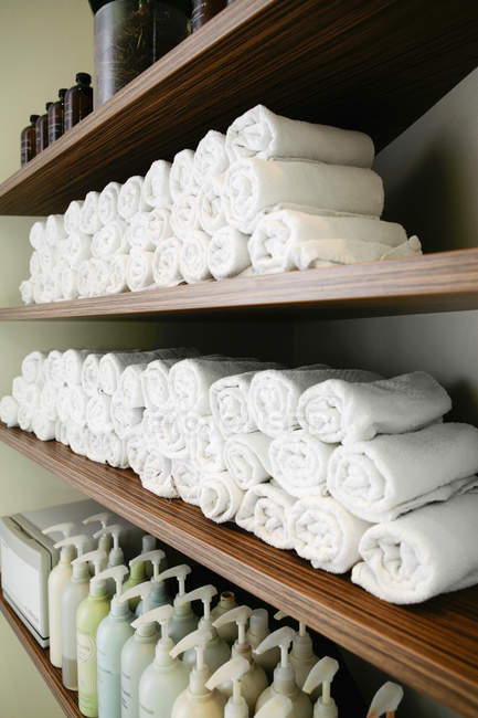 Diminishing perspective view of shelves with towels in spa salon — Stock Photo