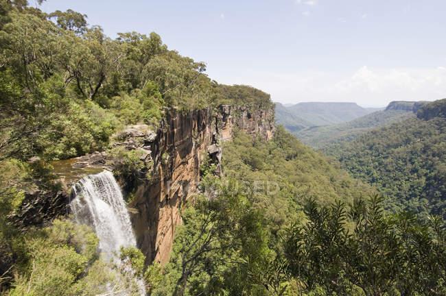 Vista sulla valle con cascata il giorno di estate — Foto stock