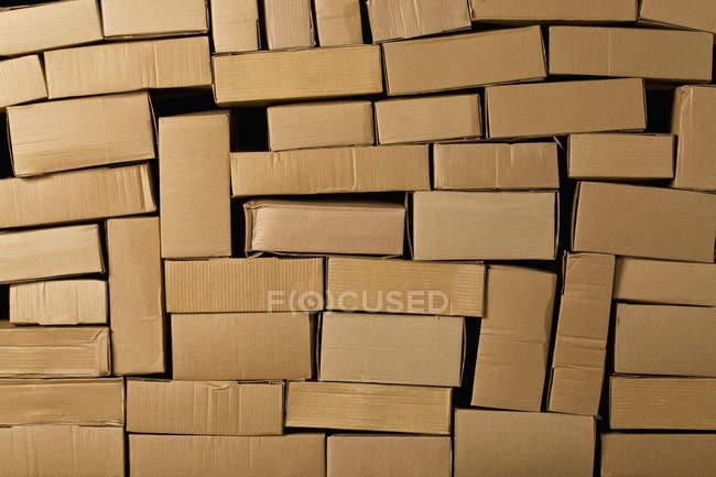 Plan plein cadre de boîtes en carton empilées — Photo de stock